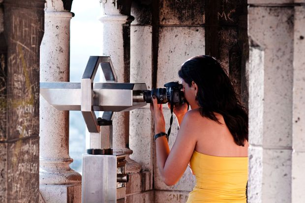 1024px-A_woman_taking_picture_with_the_help_of_a_telescope,_Montmartre,_Paris_2011